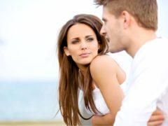 При разговоре человек не смотрит в глаза, что это значит?